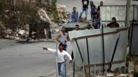 Des manifestants palestiniens jettent des pierres sur des soldats israéliens, dans le village de Sair, près d'Hébron en Cisjordanie, le 26 octobre 2015 [THOMAS COEX / AFP]