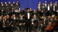 Pour la première fois depuis la révolution islamique, un concert de l'Orchestre symphonique de Téhéran a été dirigé mercredi soir par un maestro occidental, témoignant du réchauffement des liens culturels entre l'Iran et l'Europe. [ATTA KENARE / AFP]