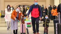 Des voyageurs portant un masque sur la bouche à la gare de Hankou à Wuhan (Chine), le 21 janvier 2020 [- / AFP]