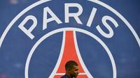 L'attaquant du PSG Kylian Mbappé passe devant le logo du PSG, le 23 février 2019 au Parc des Princes [FRANCK FIFE / AFP/Archives]