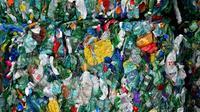 """L'Assemblée nationale a voté dans la nuit de jeudi à vendredi le projet de loi anti-gaspillage consacré à """"l'écologie du quotidien"""" et à la chasse au """"tout jetable"""", après deux semaines de débats qui se sont tendus sur la consigne des bouteilles... [LOIC VENANCE / AFP/Archives]"""