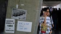 Des affichettes dénonçant le projet de loi visant à autoriser les extraditions vers la Chine sont collées sur un mur près du Conseil législatif à Hong Kong, le 14 juin 2019 [Hector RETAMAL / AFP]