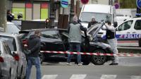 Des enquêteurs autour d'une voiture qui pourrait avoir servi à la préparation des attentats, retrouvée le 17 novmebre 2015 dans le 18e arrondissement à Paris  [ / AFP]