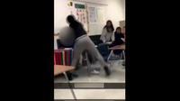 Sur les images, très violentes, on voit nettement la prof frapper à plusieurs reprises la jeune fille, la jetant par terre et lui piétinant la tête.