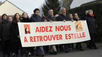 Des personnes, dont Eric Mouzin, le père, participent à une marche silencieuse à la mémoire d'Estelle Mouzin, le 13 janvier 2018 à Guermantes, près de Paris, 15 ans après la disparition de la fillette de neuf ans.