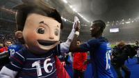 Paul Pogba célèbre la qualification pour les demi-finales avec la mascotte de l'Euro 2016, Super Victor.