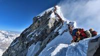 Il faut patienter plusieurs heures pour atteindre le sommet de l'Everest.