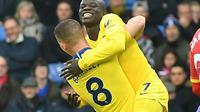 Le Français N'Golo Kanté buteur pour Chelsea face à Crystal Palace et félicité par son coéquipier Ross Barkley, le 30 décembre 2018 à Selhurst Park [Ben STANSALL / AFP]