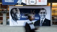 Les portraits de Nelson Mandela et de Barack Obama sur une affiche à l'entrée du stade Wanderers, le 17 juillet 2018 à Johannesburg, où l'ancien président américain prononcera un discours, point d'orgue des célébrations du centième anniversaire de la naissance du premier chef d'Etat noir sud-africain [ / AFP]