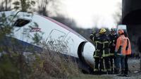 Des pompiers et des employés sur les lieux du déraillement d'un TGV à Eckwersheim près de Strasbourg le 15 novembre 2015 [FREDERICK FLORIN / AFP/Archives]