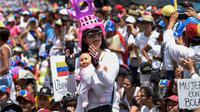 Manifestation de femmes opposées au président du Venezuela Nicolas Maduro le 6 mai 2017 à Caracas [JUAN BARRETO / AFP]