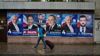 Des affiches électorales pour les élections législatives dans une rue de Varsovie (Pologne) le 9 octobre 2019 [Wojtek RADWANSKI / AFP]