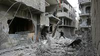 Un Syrien au milieu des énormes des destructions dans la localité de Hammouriyé, dans le fief rebelle de la Ghouta orientale, cible de violents bombardements du régime, le 22 février 2018  [ABDULMONAM EASSA / AFP]