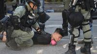 La police arrête un manifestant dans le quartier de Tuen Mun à Hong Kong, le 21 septembre 2019 [Nicolas ASFOURI / AFP/Archives]