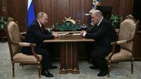 Le président russe Vladimir Poutine et le patron du fisc russe Mikhaïl Michoustine (d), le 15 janvier 2020 à Moscou [Alexey NIKOLSKY / SPUTNIK/AFP]