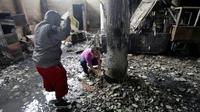 A l'intérieur de la maison incendiée d'une famille dont six membres ont péri à Managua, le 16 juin 2018 [INTI OCON / AFP]