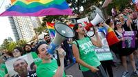 Des membres de la communauté LGBT défilent à Tel-Aviv le 14 juillet 2019 pour demander la démission du ministre de l'Education Rafi Peretz [JACK GUEZ / AFP]