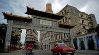 La porte d'entrée du quartier chinois à La Havane, le 11 avril 2019 à Cuba [Yamil LAGE / AFP]