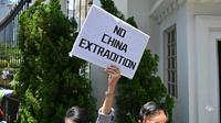Des opposants au projet de loi sur les extraditions manifestent devant le siège du gouvernement de Hong Kong, le 15 juin 2019 [HECTOR RETAMAL / AFP]