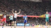 Ramil Guliyev domine le 200 m des Mondiaux de Londres devant le favori Wayde Van Niekerk, le 10 août 2017 [Jewel SAMAD / AFP]