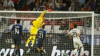 Le gardien de l'équipe de France Alphonse Areola dévie un tir de l'Allemagne en Ligue des nations, le 6 septembre 2018 à Munich [Odd ANDERSEN / AFP]