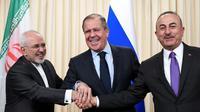 Les ministres iranien des Affaires étrangères Mohammad Javad Zarif, russe Sergueï Lavrov et turc Mevlüt Cavusoglu joignent les mains à la fin d'une conférence de presse après leurs discussions à Moscou le 28 avril 2018 [Alexander NEMENOV / AFP]