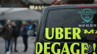 """""""Uber dégage!"""" inscrit sur un taxi, à Marseille le 27 janvier 2016 [BORIS HORVAT / AFP]"""
