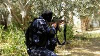 Un membre des forces de sécurité du mouvement palestinien Hamas est en position à Nusseirat, dans le centre de la bande de Gaza, le 22 mars 2018, lors d'un raid ayant débouché sur l'arrestation d'un suspect dans un attentat contre le Premier ministre palestinien Rami Hamdallah [MAHMUD HAMS / AFP]