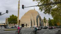 La mosquée centrale de Cologne, en Allemagne, financée par l'Union des affaires turco-islamiques (Ditib), le 28 septembre 2018 avant son inauguration présidée par le président turc Recep Tayyip Erdogan [Patrik STOLLARZ / AFP]