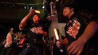 """Des adultes assistent au spectacle d'un groupe de chanteuses """"idoles"""", des fillettes se produisant sur scène, le 29 juillet 2017 dans un club à Tokyo [Kazuhiro NOGI / AFP]"""