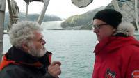 """Les responsables de l'expédition """"Tara-Océans"""", Etienne Bourgois (D), propriétaire de la goélette et le biologiste Eric Karsenti, devant le glacier Pia et la péninsule de Patagonie (Chili), le 4 février 2011 [Patrick FILLEUX / AFP/Archives]"""