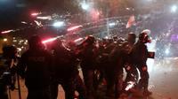 Des manifestants lancent des feux d'artifice sur des membres des forces de sécurité dans le centre de Beyrouth le 18 janvier 2020 [ANWAR AMRO / AFP]