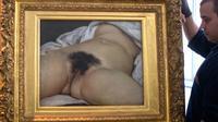 """""""L'origine du monde"""" lors de son installation au musée Courbet à Ornans en juin 2014 [SEBASTIEN BOZON / AFP/Archives]"""