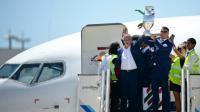 L'entraîneur du Portugal Fernando Santos (g) et Cristiano Ronaldo soulèvent le trophée à la sortie de l'avion à Lisbonne, après la victoire dimanche contre la France en finale de l'Euro, le 11 juillet 2016 [PATRICIA DE MELO MOREIRA / AFP]