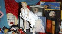 Des souvenirs évoquant Marilyn Monroe exposés au Hollywood Museum en 2004 [Stephen Shugerman / Getty Images North America/Getty Images/AFP/Archives]