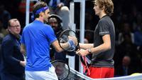 Le Suisse Roger Federer et l'Allemand Alexander Zverev après leur demi-finale du Masters, le 17 novembre 2018 à Londres  [Ben STANSALL / AFP]