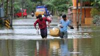 Des Indiens transportent de la nourriture et de l'eau pour les déplacés des inondations, dans le district d'Alappuzha, dans l'état indien du Kerala, le 21 août 2018 [MANJUNATH KIRAN / AFP/Archives]