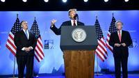 Le président américain Donald Trump entouré de son secrétaire d'Etat Mike Pompeo et de son conseiller à la Sécurité nationale John Bolton, lors de sa conférence de presse à l'issue du sommet de l'Otan à Bruxelles le 12 juillet 2018. [Brendan Smialowski / AFP]