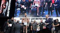 L'Irlandais Conor McGregor lors de la pesée avant son combat de boxe samedi contre l'Américain Floyd Mayweather, le 25 août 2017, à Las Vegas [John Gurzinski / AFP]