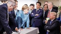 Photo prise par un photographe officiel pour le gouvernement allemand, le 9 juin 2018 à la Malbaie, au Québec, du président américain Donald Trump, assis, faisant face à la chancelière allemande Angela Merkel et aux autres participants du G7 [Jesco DENZEL / Bundesregierung/AFP]