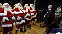 A l'approche des fêtes de fin d'année, dans cette classe d'un genre très spécial à Londres, ce ne sont pas les sciences ou l'histoire qui sont au programme mais l'art et la manière d'incarner le père Noël idéal [Adrian DENNIS / AFP]