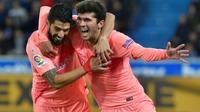 Les deux buteurs du FC Barcelone sur le terrain du Deportivo Alaves, Luis Suarez (g, sur penalty) et Carles Alena, le 23 avril 2019 à Vitoria (Pays Basque)  [ANDER GILLENEA / AFP]