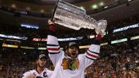 Michal Handzus des Blackhawks de Chicago brandit la coupe après avoir remporté le cinquième match de la finale de la LNH lze 204 juin 2013 à Boston [Bruce Bennett / Getty Images/AFP]