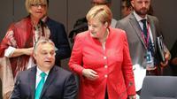 Le Premier ministre hongrois Viktor Orban parle avec la chancelière allemande Angela Merkel au dernier jour du sommet européen à Bruxelles, le 29 juin 2018 [Ludovic MARIN / AFP]