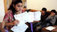 Leonaorda Dibrani montre ses diplômes français, à Mitrovica, le 16 octobre 2013 [Armend Nimani / AFP/Archives]