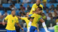 Le Brésilien Paulinho (c) félicité par Neymar, Gabriel Jesus et Philippe Coutinho, après son but contre la Serbie, le 27 juin 2018 à Moscou [Francisco LEONG / AFP]