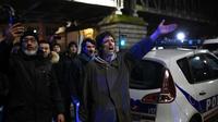 Des manifestants devant le théâtre des Bouffes du Nord à Paris, où le président Emmanuel Macron assistait à une représentation, le 17 janvier 2020 [Lucas BARIOULET / AFP]