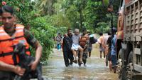 Les secouristes évacuent une victime des inondations dans le village de Mala, au sud de l'Inde, le 19 août 2018 [MANJUNATH KIRAN / AFP]