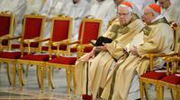 Le cardinal américain Bernard Law (g), le 17 avril 2014 à la Basilique Saint-Pierre de Rome, au Vatican [ANDREAS SOLARO / AFP/Archives]