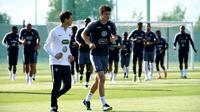Le défenseur des Bleus Benjamin Pavard (d) lors d'une séance d'entraînement au stade d'Istra, le 2 juillet 2018 [FRANCK FIFE / AFP]